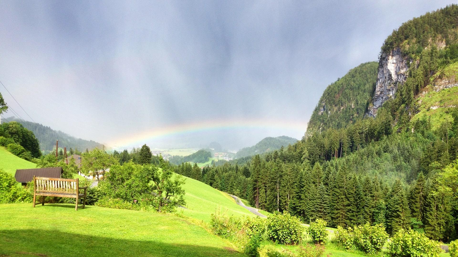 Blick ins Tal mit Regenbogen-min