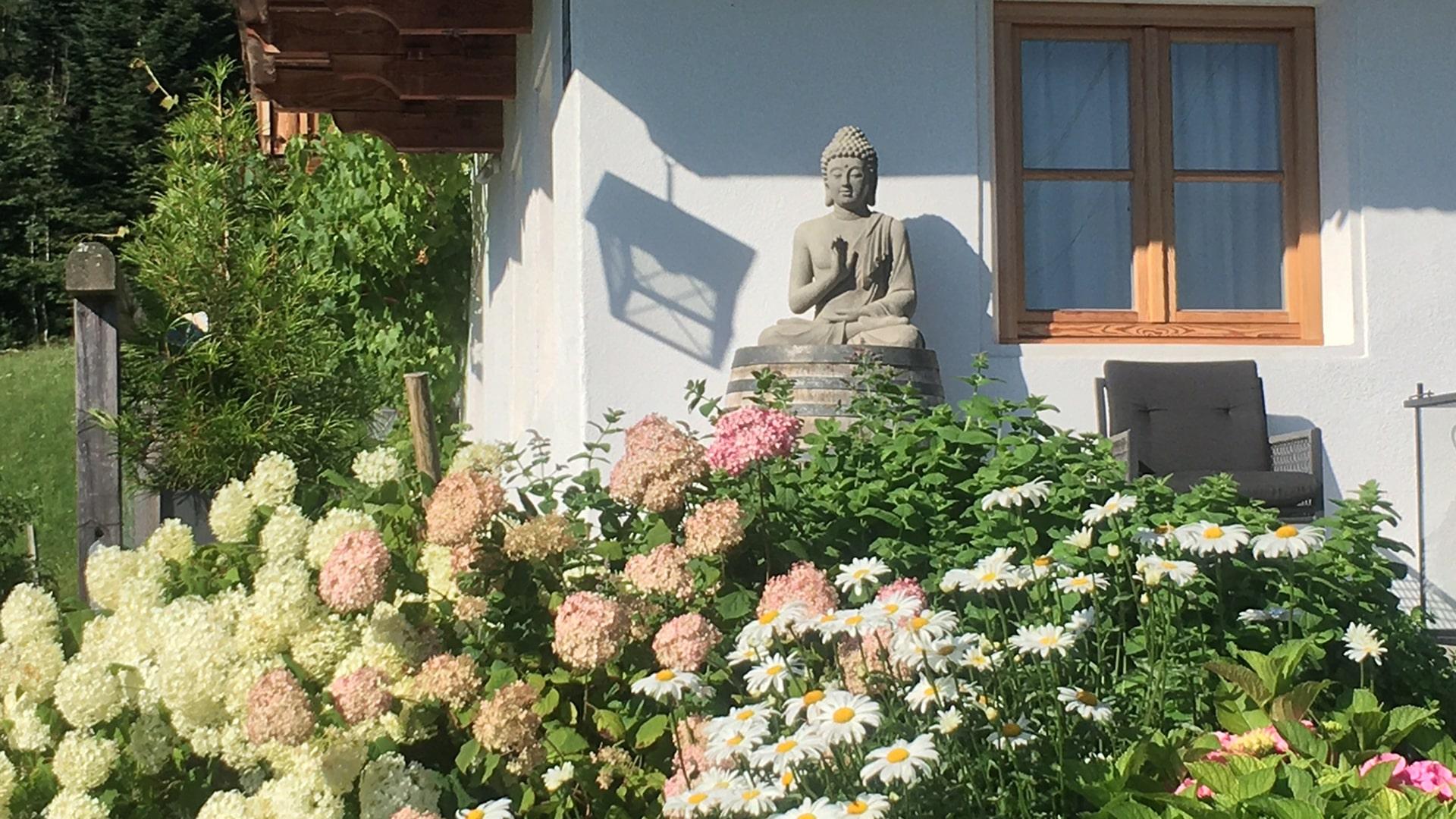 Buddha im Blumenmeer-min